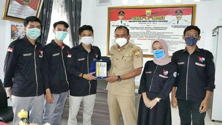 Kadis Kominfo Pariaman, Hendri berikan cinderamata kepada lima mahasiswa UNP yang selesai magang di Pemko Pariaman, Selasa, (16/3). (Dok : Istimewa)