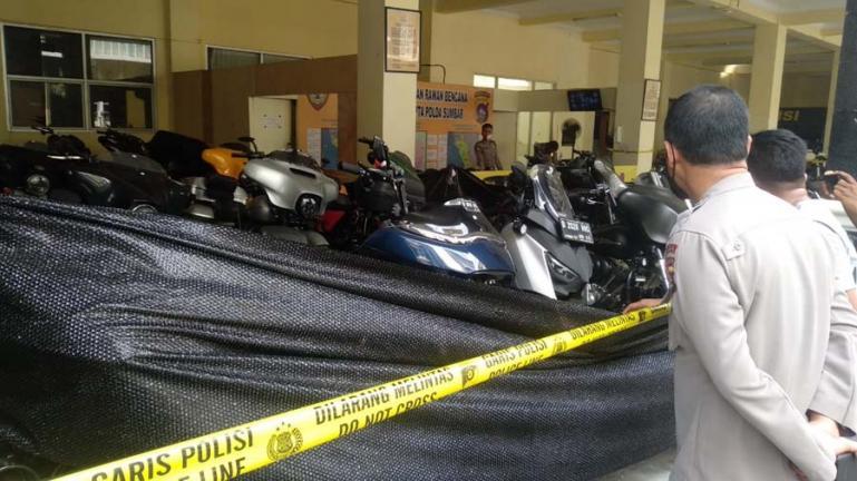 Kabid Humas Polda Sumbar Kombes Stefanus Satake Bayu Setianto didepan Moge yang ditahan pihak Polda Sumbar terkait status kepemilikannya, Sabtu (14/11). (Foto : Derizon)