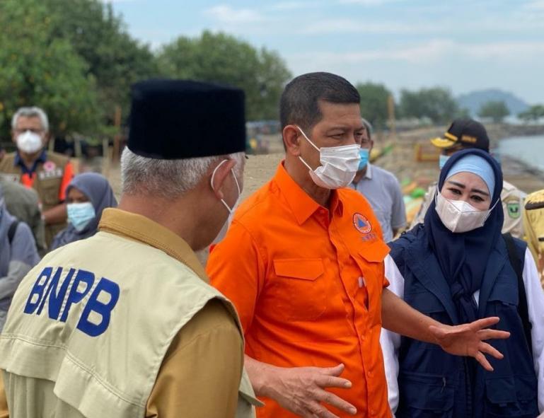 Anggota Komisi VIII DPR RI, Lisda Hendrajoni mendampingi Doni Monardo  saat menjabat Kepala BNPB ketika mengunjungi Kabupaten Pesisir Selatan beberapa waktu lalu. (Dok : Istimewa)
