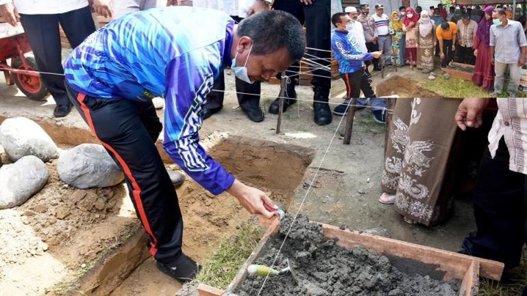 Wali Kota Pariaman, Genius Umar lakukan peletakan batu pertama dalam program bedah rumah LKKS Pariaman, Jumat (8/1). (Dok : Istimewa)
