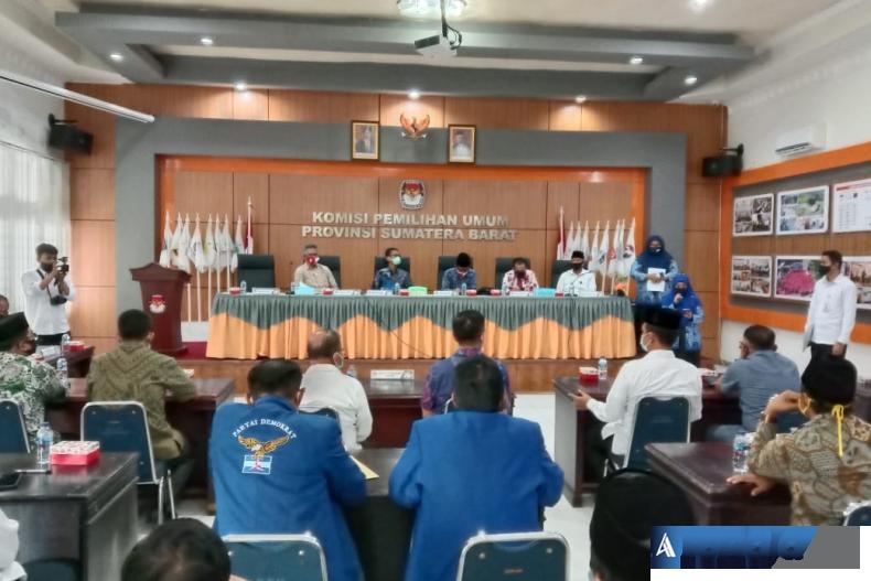 Rapat pleno terbuka KPU Sumbar mengenai penyampaian hasil penelitian administrasi syarat bakal calon di Aula KPU Sumbar, Senin sore (14/9). (Foto : Amz)