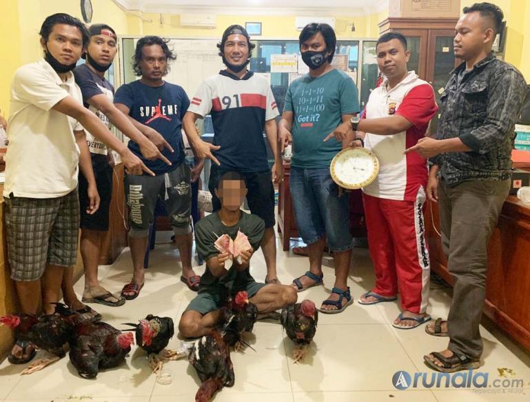 Abu Sali dan barang bukti judi sabung ayam yang ditangkap Tim Macan Kumbang Polres Pessel, Sabtu (26/9). (Foto : Rio)