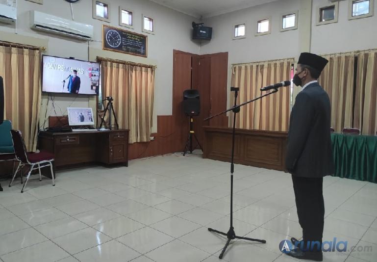Mafral saat mengikuti proses pelantikan sebagai Kabag Administrasi secara virtual di Bawaslu Sumbar, Jumat (18/6).