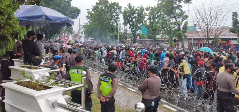 Demo Mahasiswa di Padang Tolak UU Cipta Kerja ke Gedung DPRD Sumbar pengawalan ketat aparat keamanan, Rabu (7/10). (Dok : Istimewa)