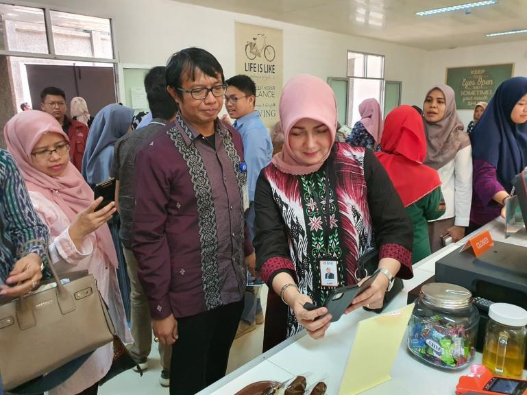 Pimpinan Bidang Bisnis BNI Cabang Padang Mechy Handayani saat sosialisasi penggunaan kartu TapCash BNI di Unand Padang, Selasa (10/3). (Foto : Istimewa)