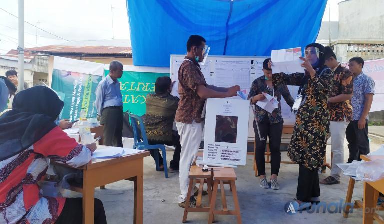 Suasana penghitungan suara Pilgub Sumbar di TPS 018 Kelurahan Surau Gadang, Nanggalo, Rabu (9/12). (Foto : Arzil)