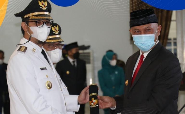 Gubernur Sumbar Mahyeldi saat melantik 11 kepala daerah terpilih di Padang, Jumat (26/2). (Dok : Istimewa)