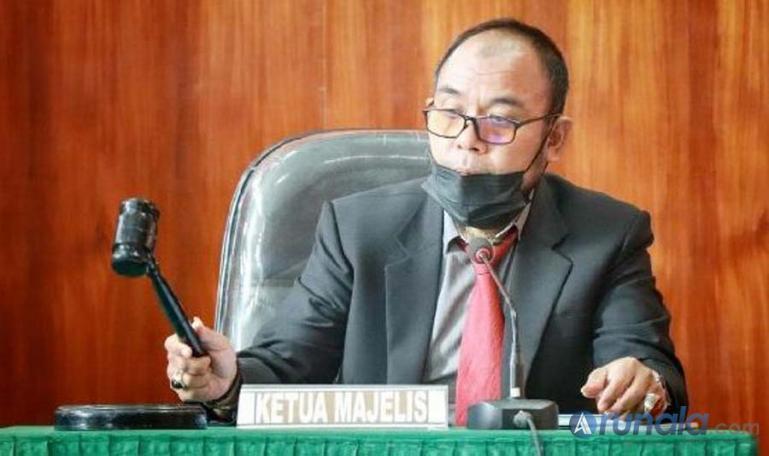 Ketua majelis sidang sengketa informasi, Arif Yumardi saat akan menutup sidang antara BPD Sumbar dengan LAI, Rabu (8/9). (Foto : Arzil)