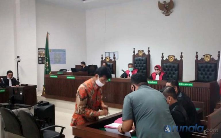 Terdakwa Muzni Zakaria usai jalani sidang pertama di Pengadilan Negeri Klas 1A Padang, Rabu (10/6). (Foto : Can)