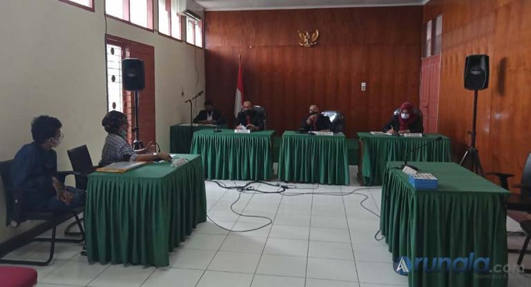 Ketua majelis sidang sengketa informasi, Adrian Tuswandi terpaksa menskor sidang yang diajukan pemohon Yulia Agusta, karena pihak termohon tidak hadir pada sidang yang digelar Selasa (7/9). (Foto : Arzil)