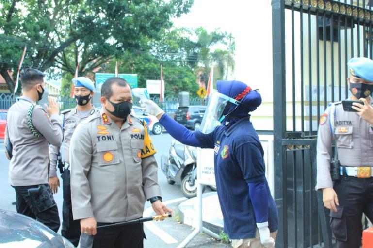 Kapolda Sumbar Irjen Pol Toni Harmanto jalani pengecekan suhu tubuh oleh petugas Biddokkes saat memasuki Mapolda, Rabu (19/8). (Dok : Istimewa)