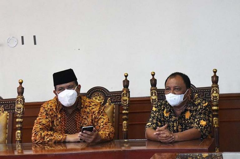 Wawako Pariaman, Mardison Mahyuddin didamping Kadis Kominfo, Hendri saat ikuti zoom meeting peluncuran program literasi digital di ruang rapat wakil wali kota, Kamis (20/5). (Dok : Istimewa)