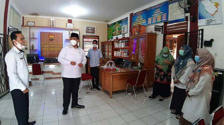 Wakil Wali Kota Pariaman, Mardison Mahyuddin saat mengunjungi sejumlah kantor desa yang ada di Kota Pariaman, Rabu (19/5). (Dok : Istimewa)