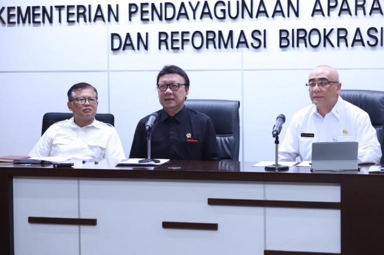 Menteri PANRB Tjahjo Kumolo didampingi Sekretaris Kementerian PANRB Dwi Wahyu Atmaji dan Kepala BKN Bima Haria Wibisana pada virtual press conference di Kantor Kementerian PANRB, Jakarta, Senin (30/03). (Foto : www.menpan.go.id)