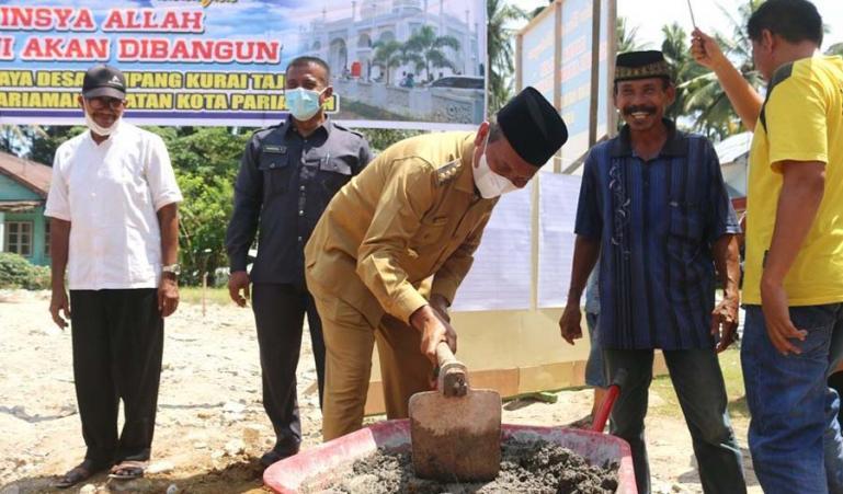 Wali Kota Pariaman, Genius Umar saat letakkan batu pertama pembangunan Masjid Raya Desa Simpang Kuraitaji, Senin (26/7). (Dok : Istimewa)