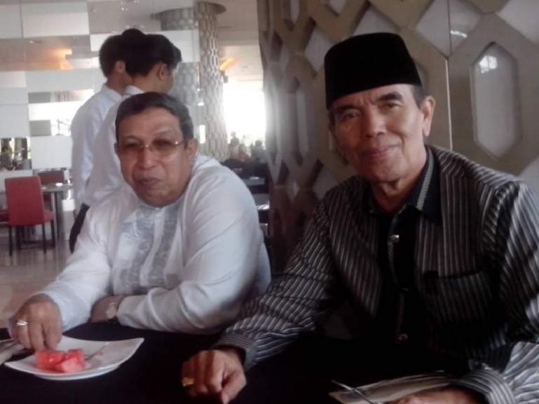 Dua pengurus Masjid Raya Sumbar saat menjelaskan program Tahfidz Qur'an yang diadakan di masjid tersebut, Jumat (19/2). (Dok : Istimewa)