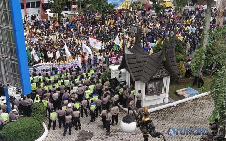 Ribuan mahasiswa penuhi jalanan di depan gedung DPRD Sumbar saat aksi demo tolak UU Cipta Kerja, Rabu (7/10). (Foto : Can)