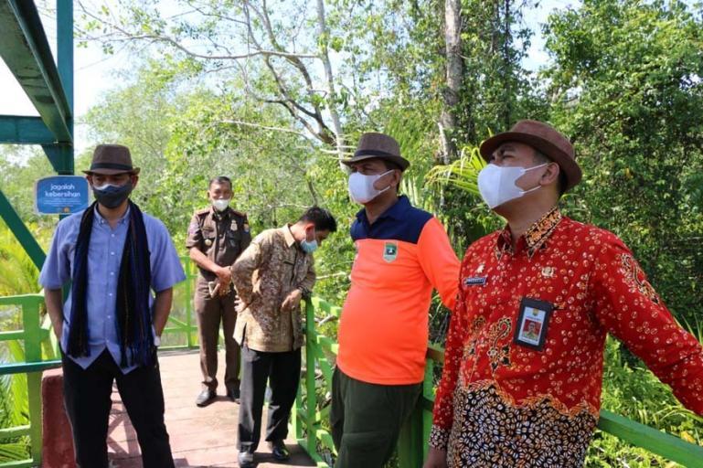 Tim verifikasi dan visitasi apresiasi Pokdarwis Sumbar didampingi Wali Kota Pariaman, Genius Umar saat meninjau kawasan wisata mangrove Desa Apar Kecamatan Pariaman Utara, Kamis siang (26/8). (Dok : Istimewa)