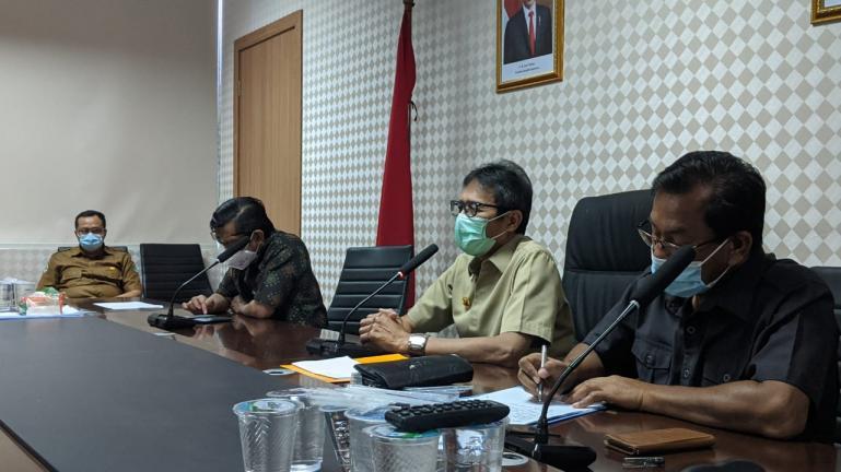 Gubernur Irwan Prayitno saat beri arahan kepada unsur pimpinan RSUD se- Sumbar terkait penanganan Covid-19, Selasa (1/9). (Dok : Istimewa)