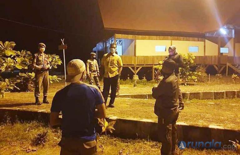 Saat petugas dari Gugus tugas Covid-19 Mentawai saat menjemput pasien Covid baru di kabupaten itu Senin malam (7/9). (Foto : Istimewa)