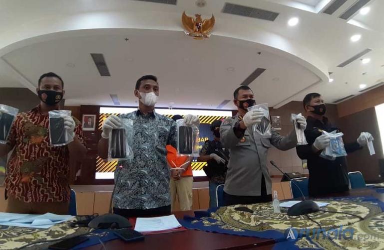 Pihak Polda Sumbar saat jumpa pres atas penangkapan pelaku penipuan yang catut nama Dirreskrimsus Polda Sumbar, Jumat (8/1). (Foto : Can)