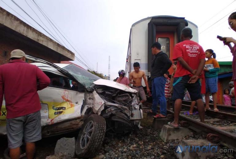 Terlihat kendaraan minibus yang ringsek usai tertabrak KA Sibinuang di Gang Masjid Nurul Sidiq, Kelurahan Lolong Belanti, Kota Padang, Minggu sore (15/11). (Foto : Can)