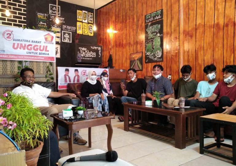 Cawagub Sumbar Indra Catri saat diskusi santai dengan kaum milenial di salah satu kedai kopi di Lubuk Basung Agam, Senin (16/11). (Dok : Istimewa)