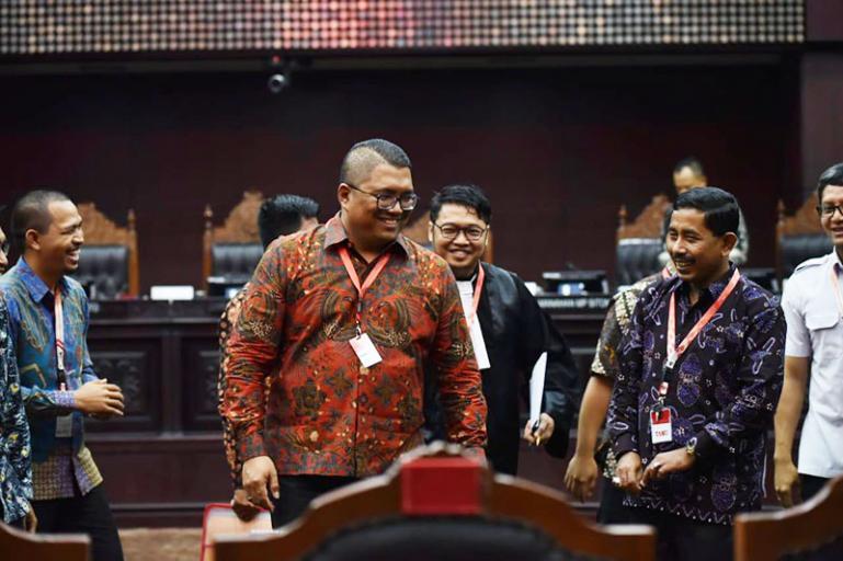 Ketua Bawaslu Sumbar Surya Efitrimen bersama teman-temannya seusai putusan MK. (Ist)