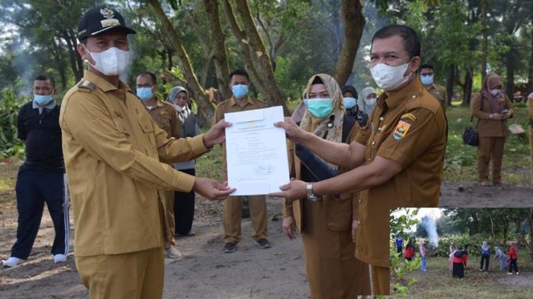 Muhammad Rum saat menerima SK sebagai Plt Kadis Sosial Pariaman dari Wali Kota Genius Umar, Selasa (3/8). (Dok : Istimewa)