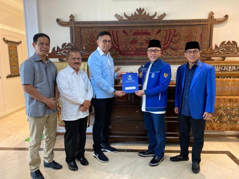 Ketua Umum DPP PAN Zulkifli Hasan serahkan SK Calon Gubernur Sumbar, kepada Mulyadi disaksikan Calon Wakil Gubernur Ali Muhkni, di Jakarta, Minggu (26/7). (Dok : Istimewa)