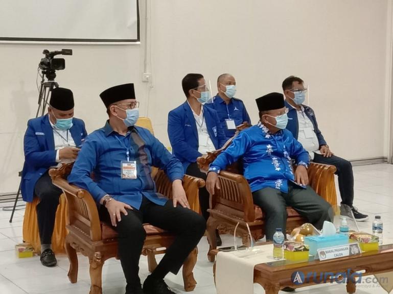 Paslon Gubernur dan Wakil Gubernur Sumbar Mulyadi-Ali Mukhni saat lakukan pendaftaran di KPU Sumbar, Minggu sore (6/9). (Foto : Amz)