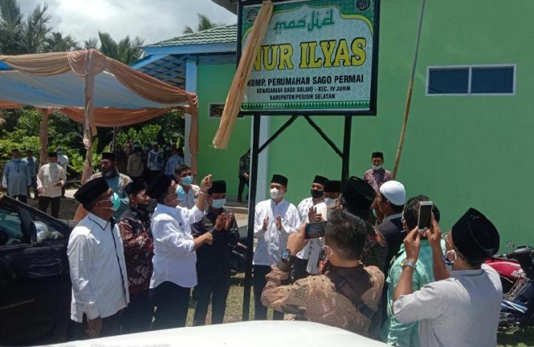 Bupati Pessel, Rusma Yul Anwar saat meresmikan Masjid Nurul Ilyas di Kampung Karang Sago, Jumat (3/9). (Dok : Istimewa)