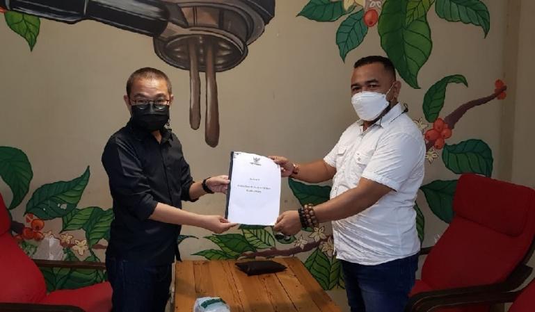 Anggota KI Sumbar, Adrian Tuswandi saat menerima bahan kuisioner IKIP 2021 yang telah diisi Musfi Yendra, di Padang, Selasa (30/3) lalu. (Dok : Istimewa)