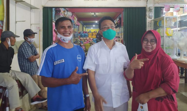 Indra Catri bersama Ridwan, teman semasa sekolah yang kini tinggal di Kabupaten Dharmasraya, Rabu (21/10) lalu. (Dok : Istimewa)