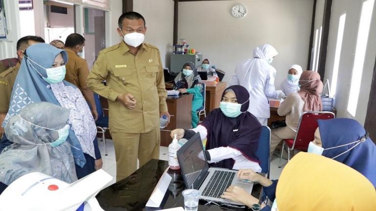 Wako Genius Umar saat lakukan sidak ke sejumlah puskesmas dan rumah sakit di kota itu pasca pencanangan vaksinasi Covid-19 di kota itu, Jumat (5/2). (Dok : Istimewa)