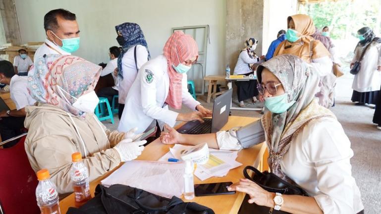 Pelaksanaan vaksinasi missal terhadap Nakes di Pariaman, Rabu ini (17/2). (Dok : Istimewa)