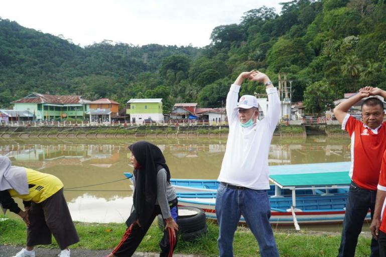 Cagub Sumbar Nasrul Abit bersama anggota Mahatma di Pasir Kandang, Kelurahan Pasie Nan Tigo, Kecamatan Koto Tangah, Padang, Minggu (22/11). (Dok : Istimewa)