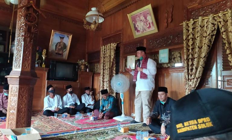 Cagub Sumbar Nasrul Abit dihadapan masyarakat Lubuk Sikarah, Kota Solok saat Safari Politik, Minggu (18/10). (Dok : Istimewa)