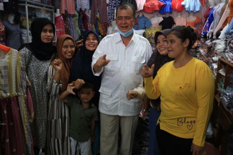 Cagub Sumbar Nasrul Abit bersama masyarakat di pasar Kambang, Pessel, Sabtu lalu (14/11). (Dok : Istimewa)