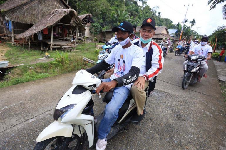 Masyarakat Siberut Selatan saat membawa Cagub Sumbar Nasrul Abit keliling daerah itu Sabtu (21/11). (Dok : Istimewa)