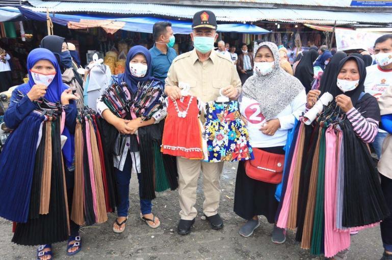 Calon Gubernur Nasrul Abit saat menyapa masyarakat oelaku pariwisata di Kota Bukittinggi, Senin (10/11). (Dok : Istimewa)