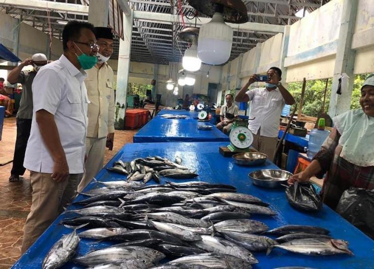 Indra Catri saat menyapa para nelayan yang menjual ikannya di TPI Tuapejat, Mentawai, Jumat (23/10) lalu.  (Dok : Istimewa)