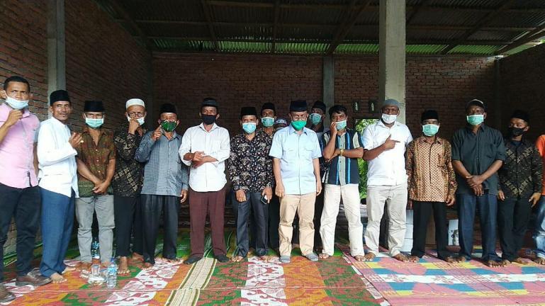 Cawagub Sumbar Indra Catri bersama ninik mamak Malampah saat kunjungan ke daerah itu, Selasa (27/10). (Dok : Istimewa)