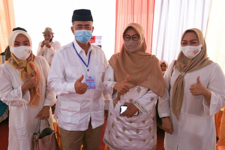 Cagub Sumbar Nasrul Abit dan Ny Wartawati Nasrul Abit dalam sebuah kegiatan. (Dok : Istimewa)