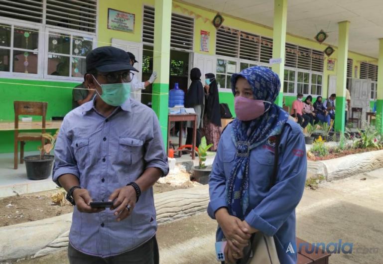 Komisioner KPU Sumbar Nova Indra saat memantau pelaksanaan PSU di TPS 17 Nagari Guguak VIII Koto, Minggu (13/12). (Dok : Istimewa)