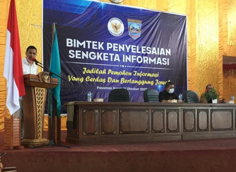 Ketua KI Sumbar Nofal Wiska saat membuka bimtek Penyelesaian Sengketa Informasi seri I di Pasbar, Senin (19/10). (Dok : istimewa)
