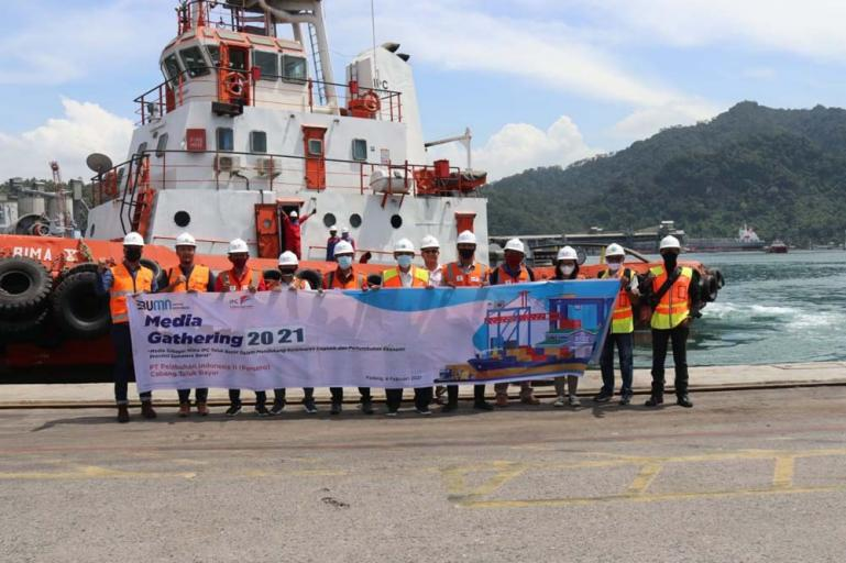 Sebagian para wartawan yang ikut menyaksikan langsung proses penyandaran kapal di pelabuhan Teluk Bayur, Kamis (4/2). (Dok : Istimewa)