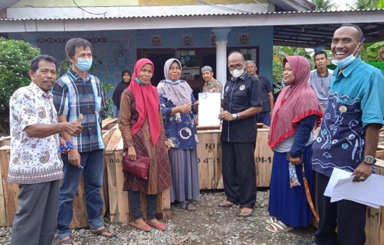 Anggota DPRD Sumbar Fraksi Demokrat, Muhammad Nurnas serahkan puluhan pompa air untuk sejumlah Keltan di Kanagarian Katapiang Kecamatan Batang Anai, Jumat (7/5). (Dok : Istimewa)