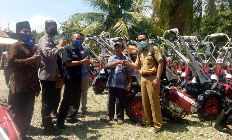 Anggota DPRD Sumbar, Muhammad Nurnas saat menyerahkan traktor tangan kepada kelompok tani di Nagari Katapiang, Kabupaten Padangpariaman, Selasa (25/5). (Dok : Istimewa)