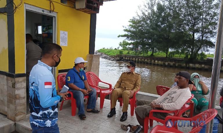 Wali Kota Pariaman, Genius Umar bersama masyarakat seusai membuka kembali aktivitas wisata di kota itu, Selasa (18/5). (Foto : Arzil)